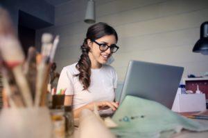 パソコンを使用している女性の写真