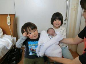 赤ちゃんと上の子ふたり
