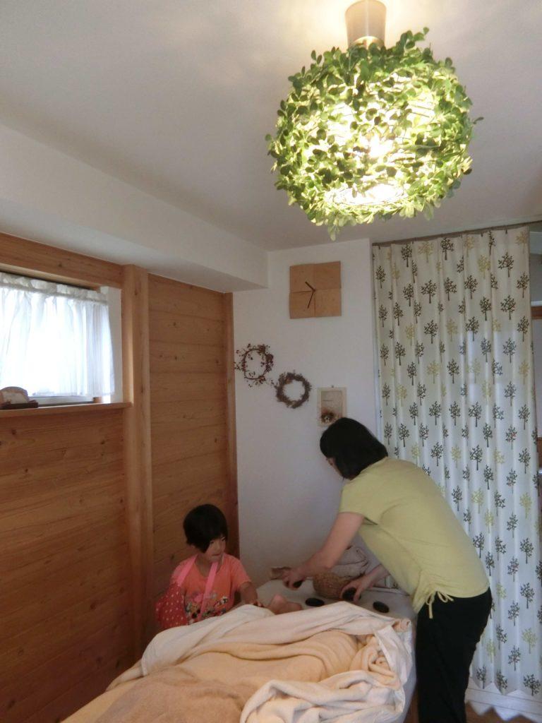 アロマポット直井弘美さんのマッサージ風景 天井のライトがすてき